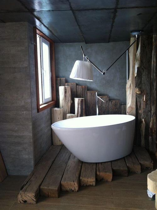 Apart houten hoekje in de industriele badkamer
