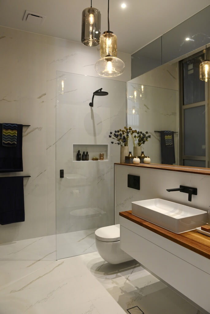 Deze kleine, moderne badkamer is mooi compact