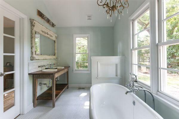 Grote landelijke badkamer in pastel