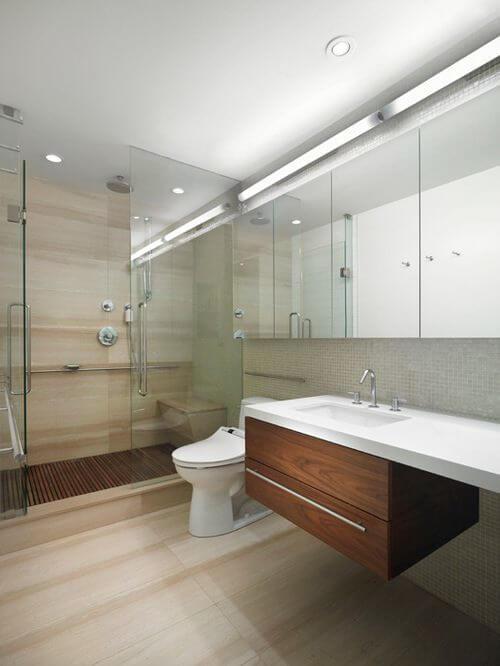 Grote scandinavische badkamer met houten vloer