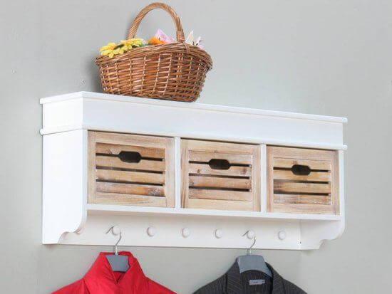 Kapstok met houten manden