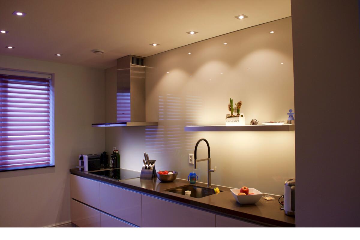 Overweeg een glazen achterwand in de keuken in plaats van