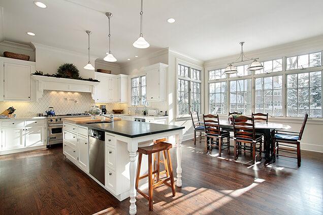 Keuken met groot kookeiland