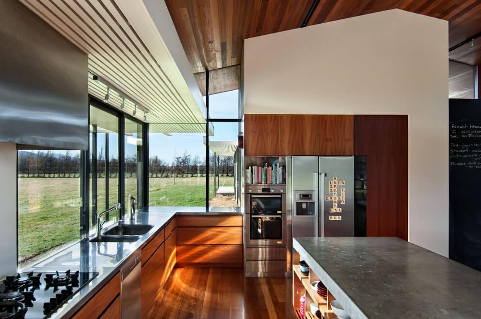 Open keuken met grote ramen
