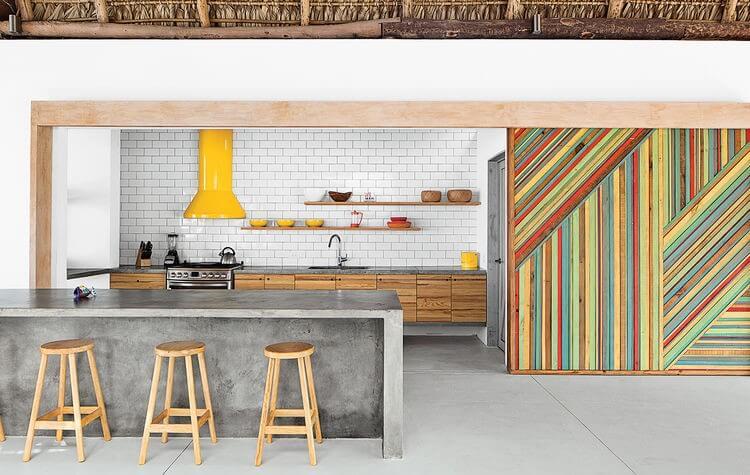 beton met kleurrijke kasten