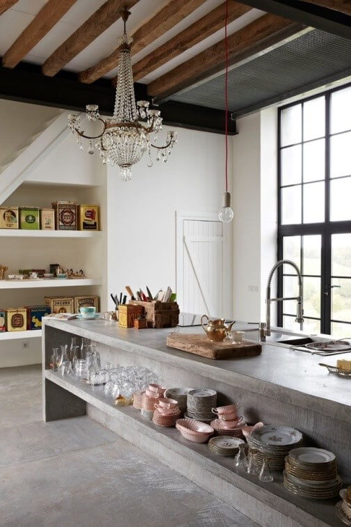 betonnen keuken met balkenplafond