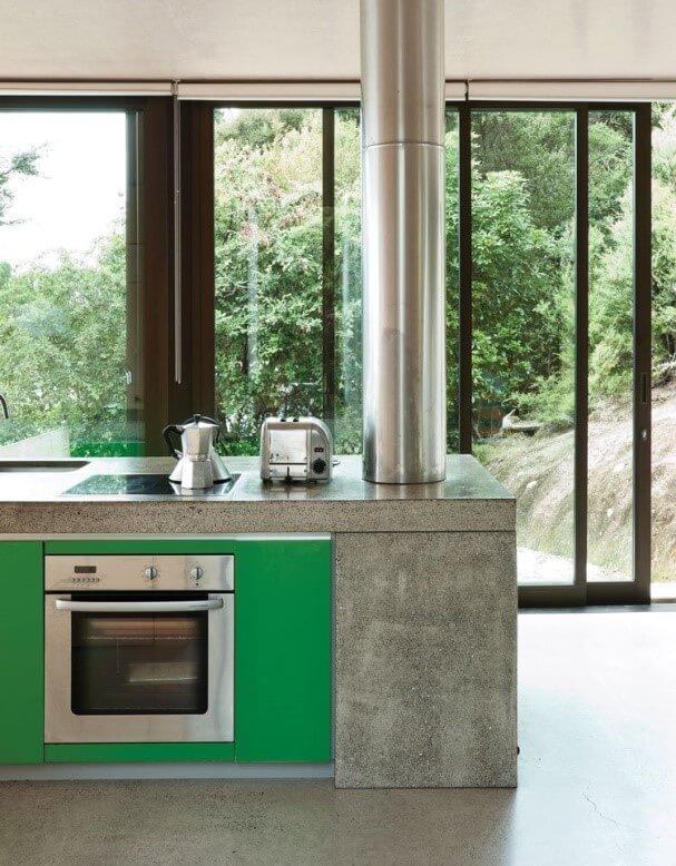 betonnen keuken met groen
