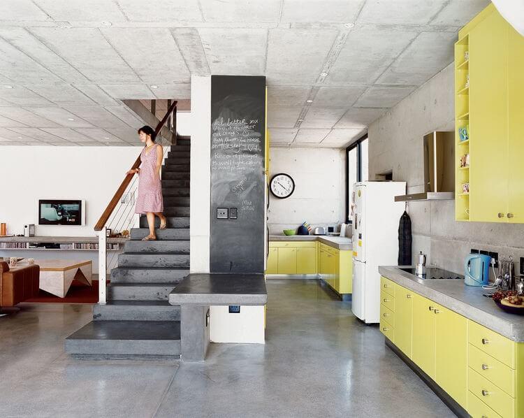 betonnen keuken met zonnig geel