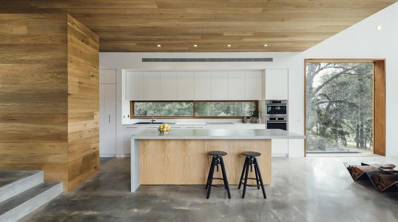 houten keuken met beton