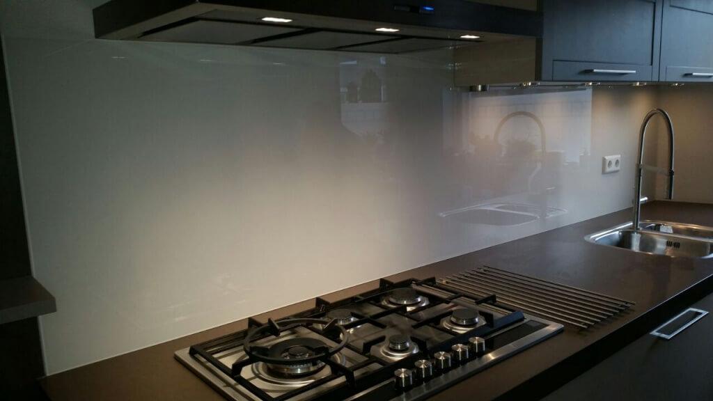 Overweeg een glazen achterwand in de keuken in plaats van ...