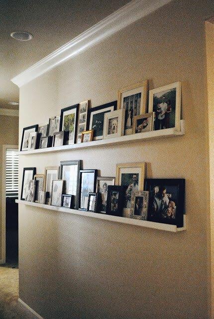 Bij het inrichten van een smalle hal zijn fotolijsten ideaal, want ze nemen weinig ruimte in beslag.