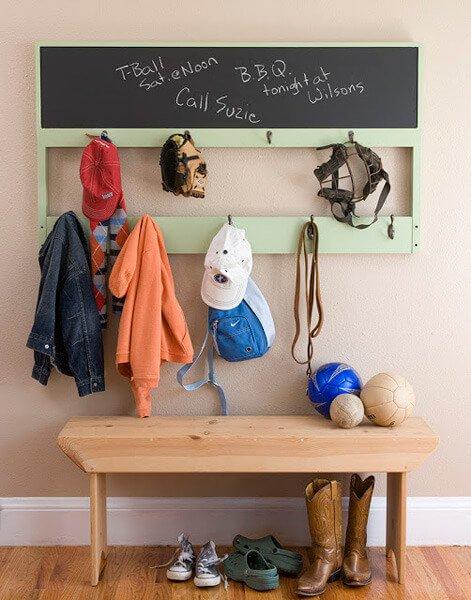 Ook in een smalle ruimte kun je veel kinderspullen kwijt met een smalle kapstok.