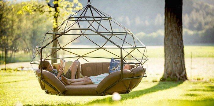 grote hangstoel in droomtuin