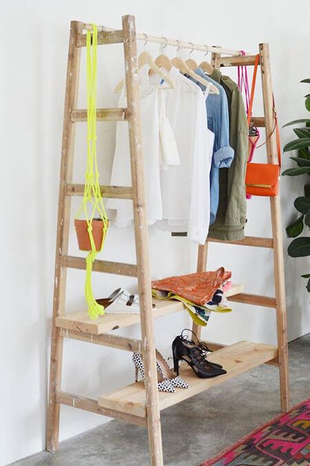 Houten ladder als kledingkast