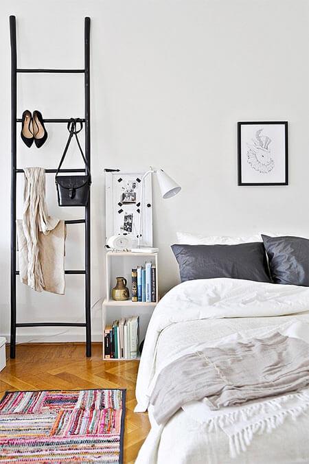 Houten ladder als nachtkastje