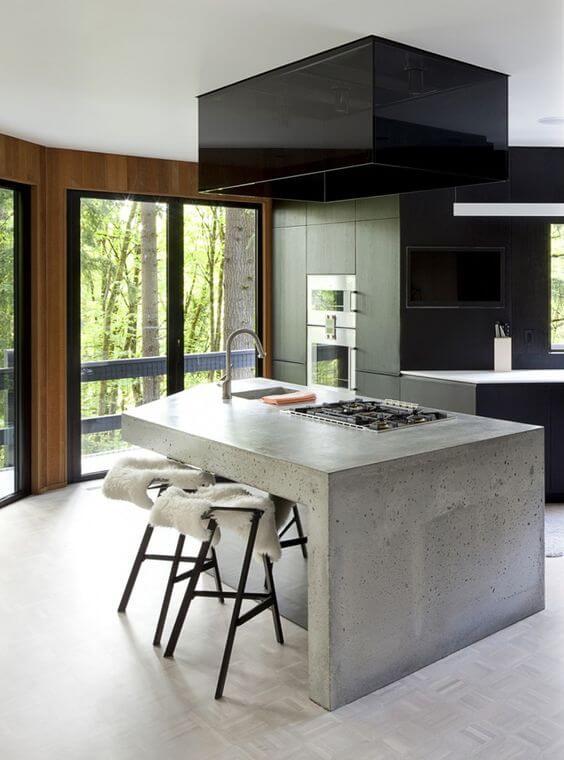 Industriele kleine keuken met betonnen kookeilandje