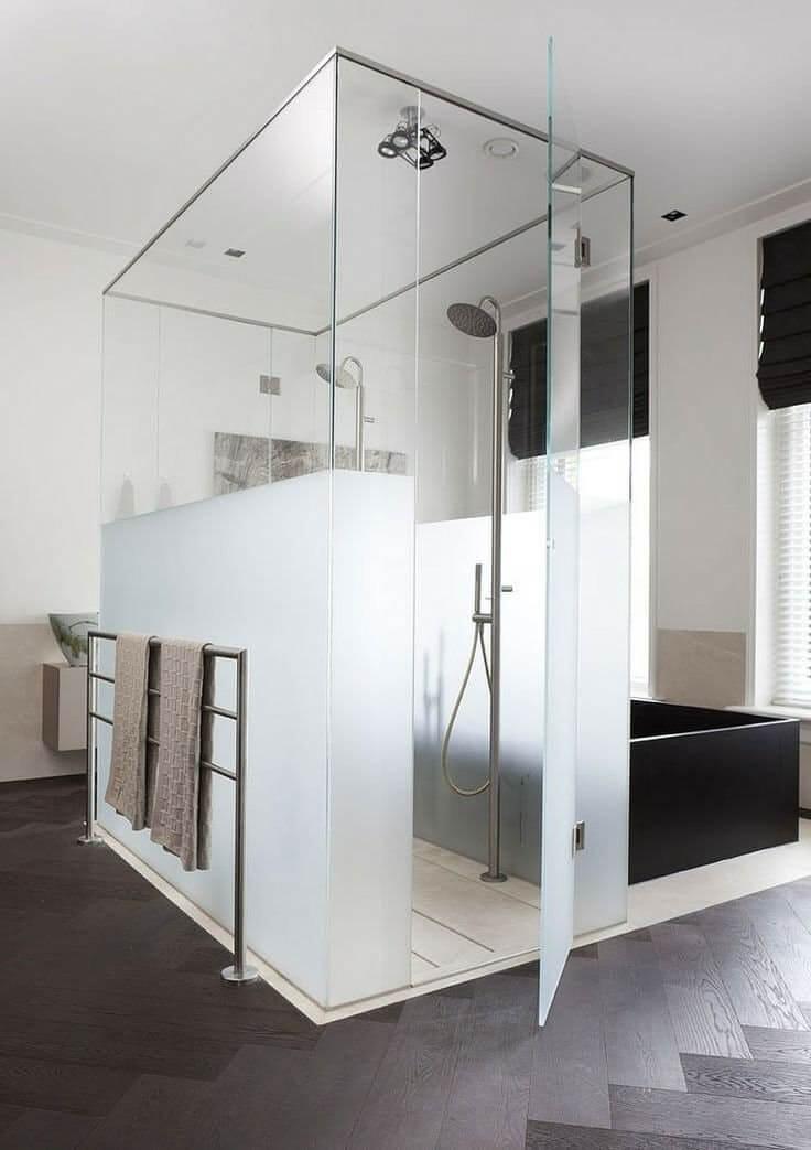 Minimalistische badkamer met inloopdouche met matglas voor een beetje privacy