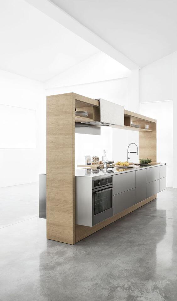 Modern kookeiland met minimalistisch ontwerp en hoge kasten