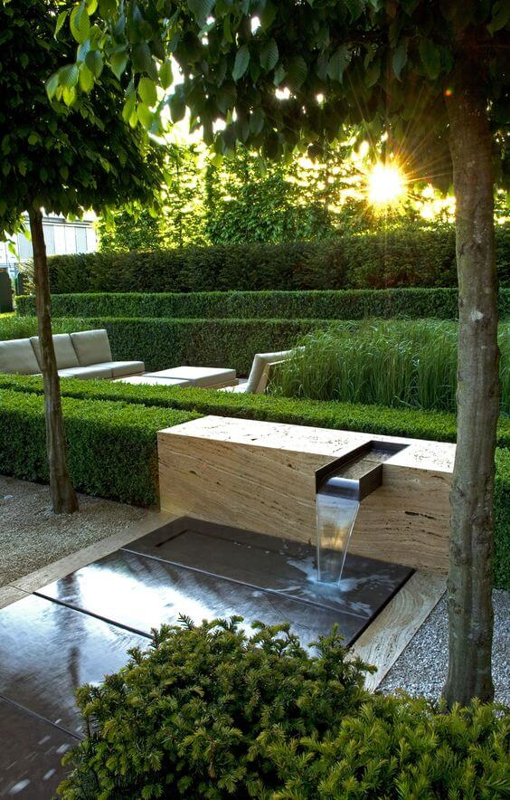 Moderne waterval in de tuin
