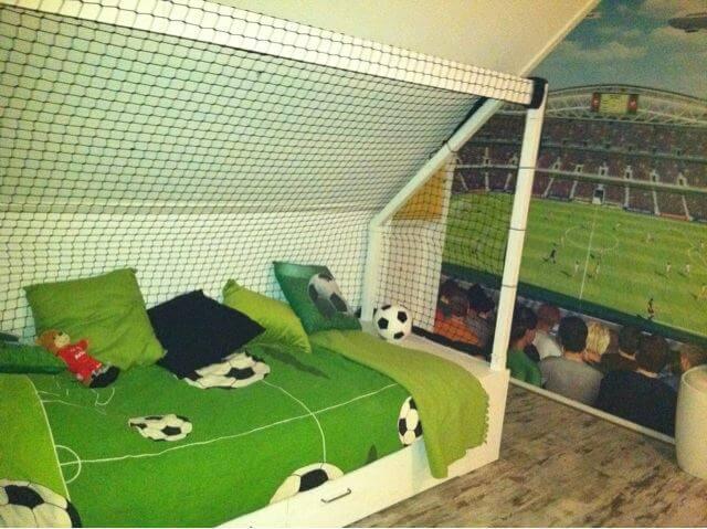Prachtig voetbalbed in de vorm van een doel voor de voetbal kinderkamer