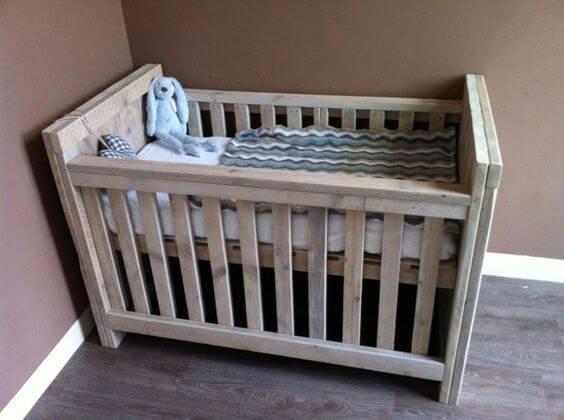 Steigerhouten ledikantje voor de baby