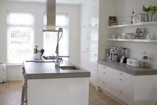 Strak kookeiland met prachtig grijs aanrechtblad en lage afzuigkap