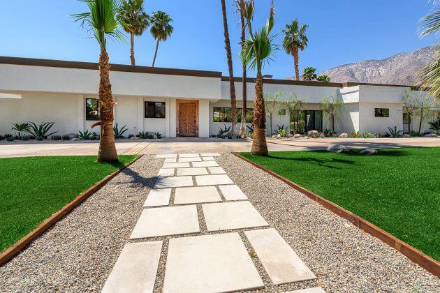 Strak tuinpad met palmen