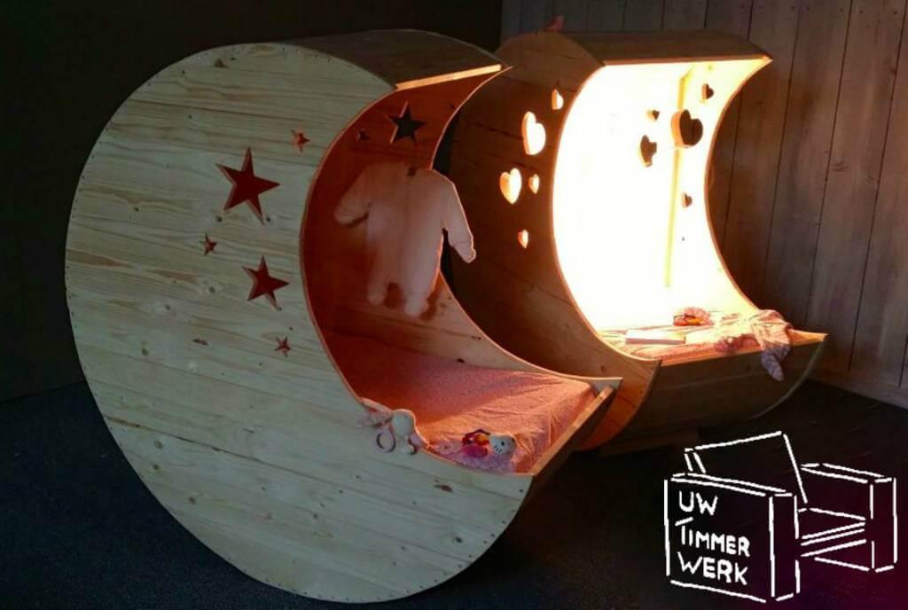 Wieg in de vorm van een maan, om in de babykamer steigerhout te introduceren