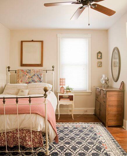 opgeruimde kleine slaapkamer
