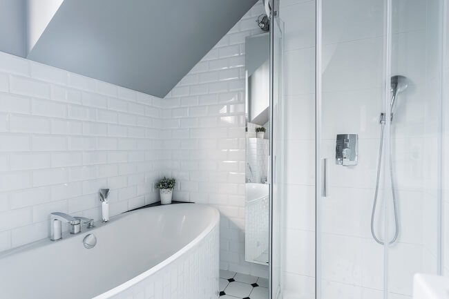 6. Kleine badkamer met schuin dak
