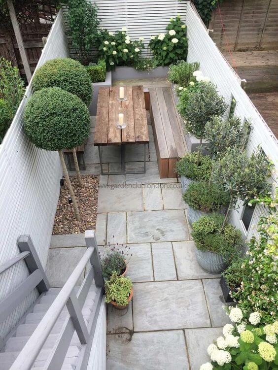 Een kleine smalle mediterrane tuin met mediterrane tuintegels