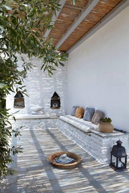 Fijne patio met weinig planten