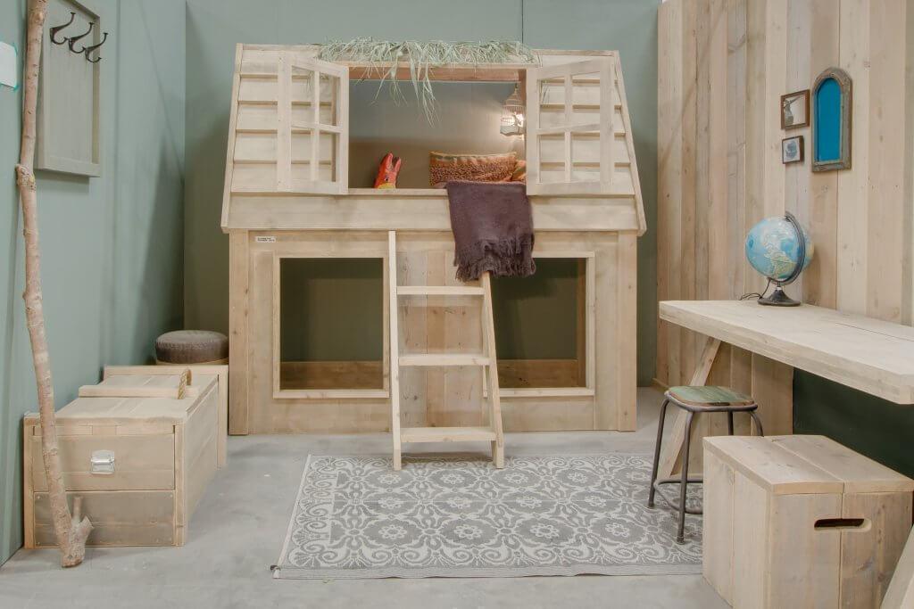 Kinderkamer met houten boomhut
