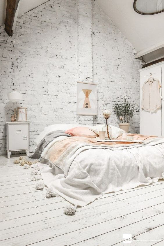 Industriële witte slaapkamer