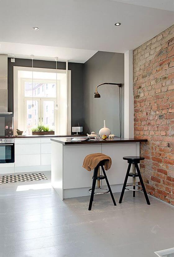 Industriële woonkeuken met bar en bakstenen muur