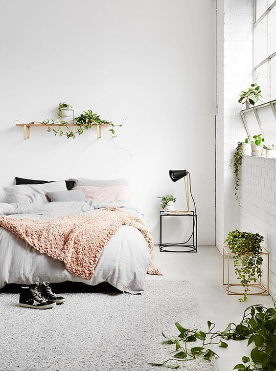 Italiaans ontwerp met kleuren in de witte slaapkamer