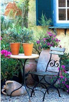 Klein zithoekje in mediterraanse tuin
