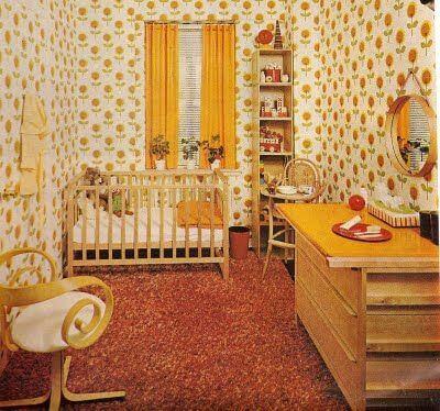Kleine retro slaapkamer met interessant behang