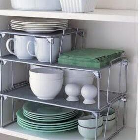 Kopjes en schoteltjes netjes stapelen met handige keukenkastinrichting