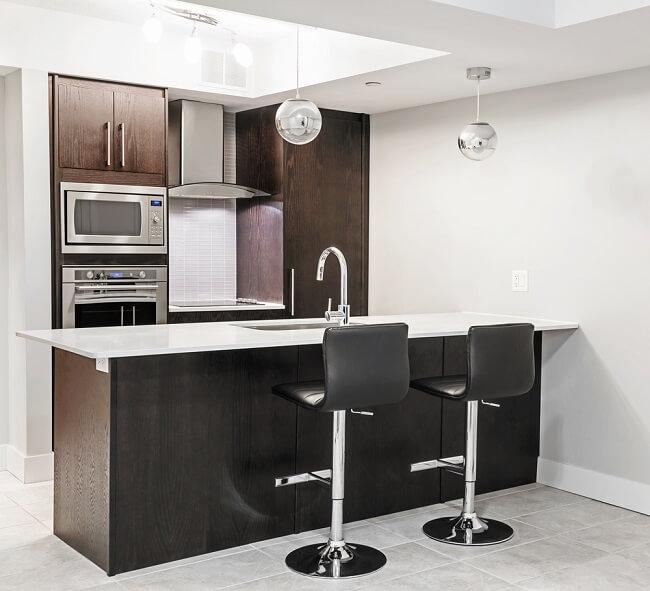 Minimalistisch keukeneiland met bar