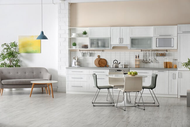 Minimalistische keuken met decoraties