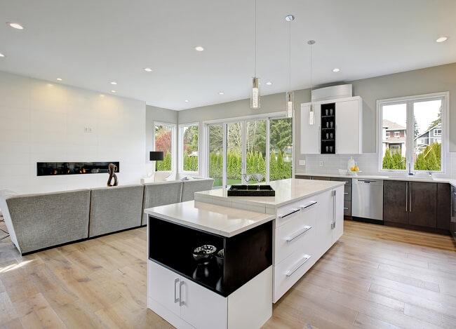 Moderne keuken met veel lichtinval