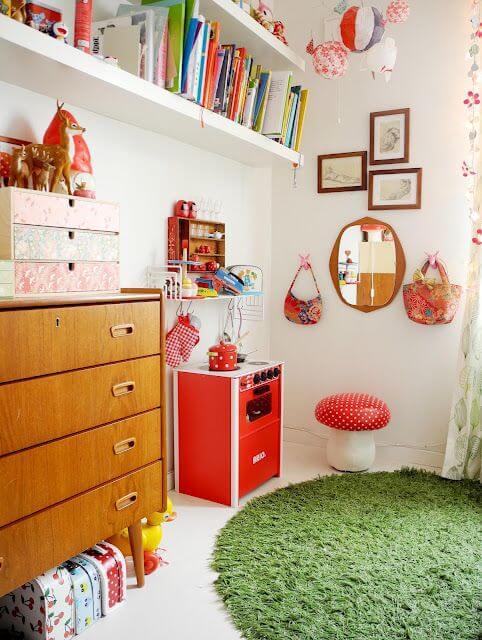 Retro babykamer met felle kleurtjes
