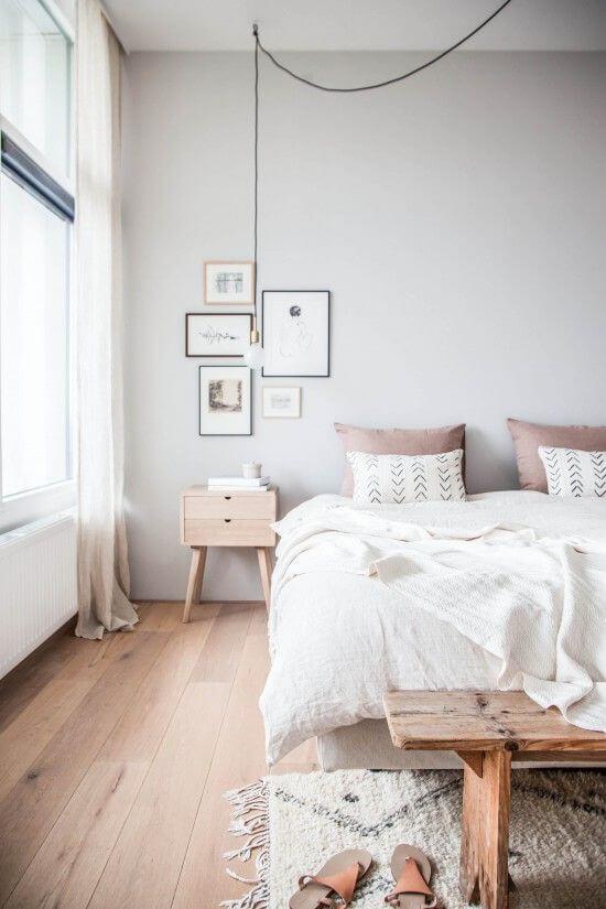 Scandinavische witte slaapkamer met houten vloer