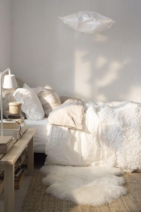 Subtiele cremekleuren in witte slaapkamer
