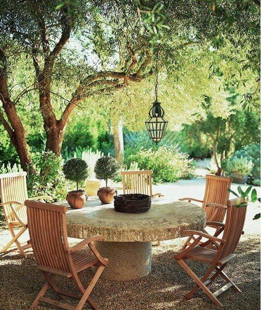 Terras met stenen tafel voor gezellige eethoek