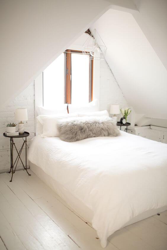 Kleine witte slaapkamer met puntdak