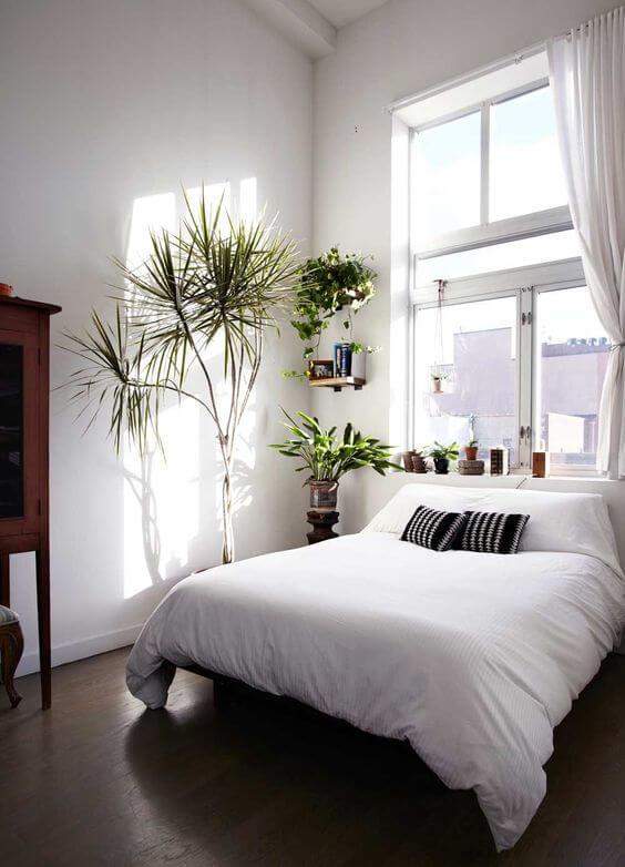 Witte slaapkamer met groene plantjes