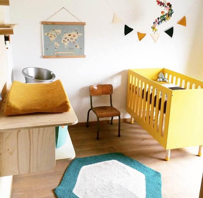 Babykamer in okergeel