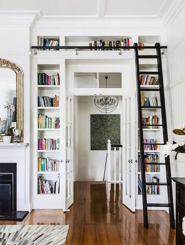 Boekenkast om deurpost